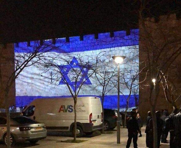 قوات الاحتلال تضيئ العلم الإسرائيلي على جدران البلدة القديمة بالقدس