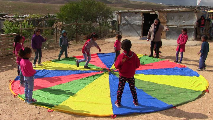 التربية تنظم وقفة دعم وإسناد لمدرسة التحدي 2 (صور)
