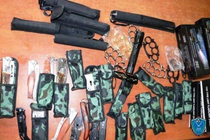 الشرطة تضبط أدوات حادة وتلقي القبض على بائعها