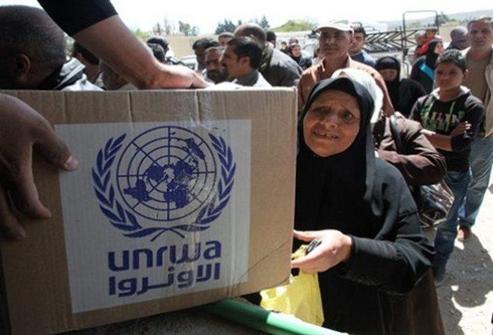 لاجئون في مخيم النصيرات يحتجون على تقليص المساعدات المالية للأونروا