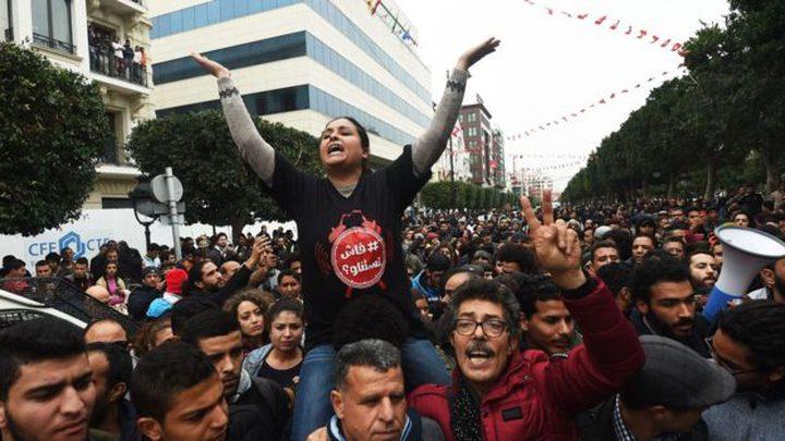 الاحتجاجات تهدأ في تونس لكن الحكومة ما زالت تحت ضغط اجتماعي قوي