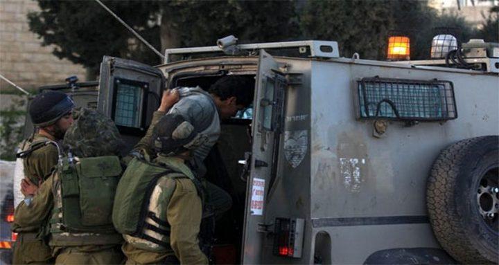الاحتلال ينكل بثلاثة شبان خلال اعتقالهم