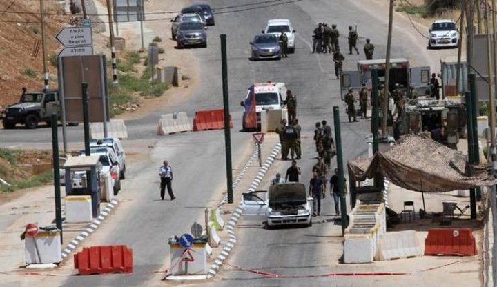 الاحتلال يعيق تنقلات المواطنين عبر حاجز الحمرا