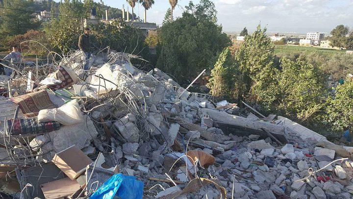 تواصل عمليات البحث تحت أنقاض بيت الشهيد جرار في واد برقين