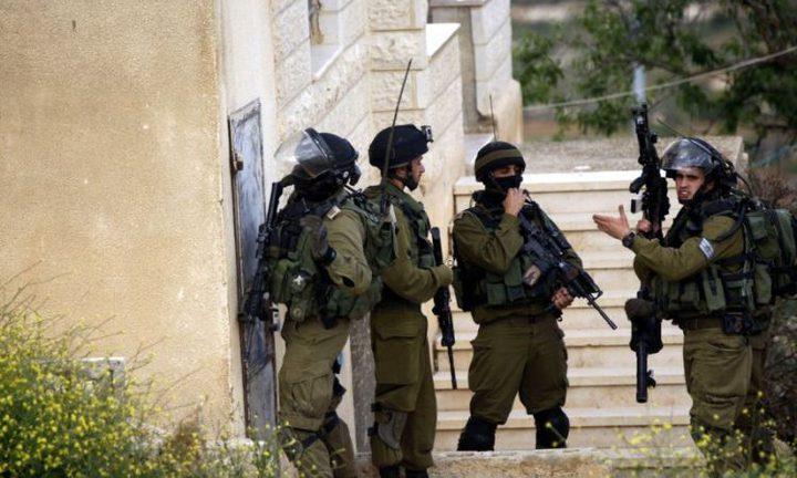 الاحتلال يسلم بلاغات استدعاء لمواطنين بالضفة ويقتحم مخرطة