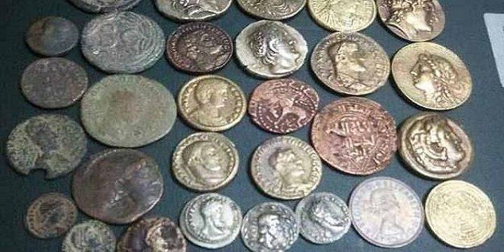 القبض على شخص بحوزته 1828 قطعة نقدية يشتبه بأنها أثرية