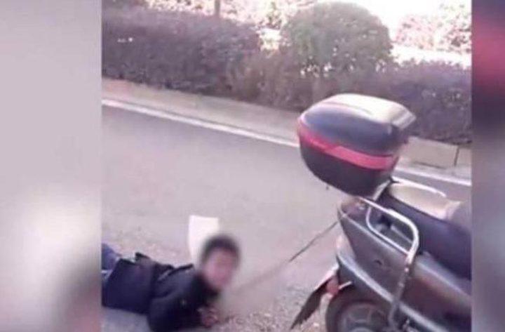 """""""فيديو مروع"""" صينية تعاقب طفلها لأنه غير مطيع بطريقة لا تخطر ببال أحد!"""