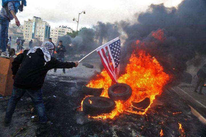 فلسطينيون يحرقون العلم الأمريكي احتجاجاً على زيارة بينس