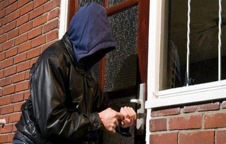 الكشف عن ملابسات سرقة أربع شقق سكنية