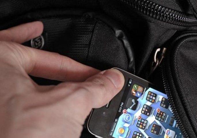 القبض على شاب ووالدته بتهمة سرقة هواتف محمولة