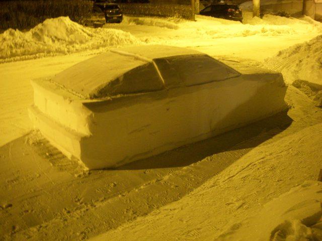 الشرطة الكندية تحرر مخالفة ضد سيارة من الجليد