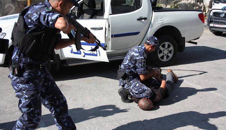الشرطة تقبض على شخص بحوزته مواد مخدرة