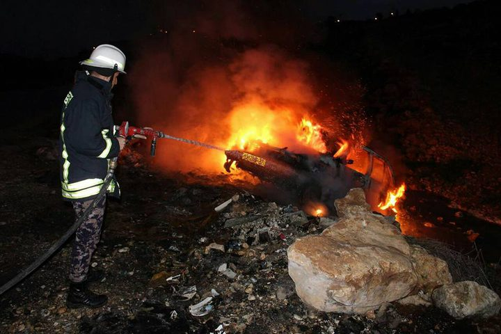 حريق بمركبة تحمل لوحة إسرائيلية على معبر الطيبة
