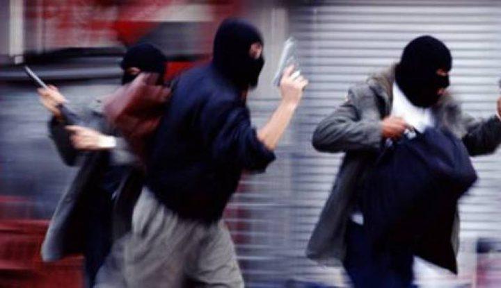 تحت تهديد السلاح وسرقة 160 ألف شيكل..القبض على عصابة نفذت سطو مسلح في نابلس