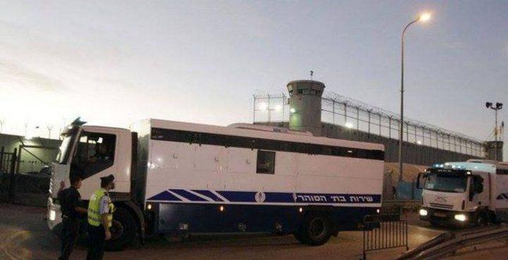 """نجاة معتقلين من حادث سير خلال نقلهم بسيارة """"البوسطة"""""""