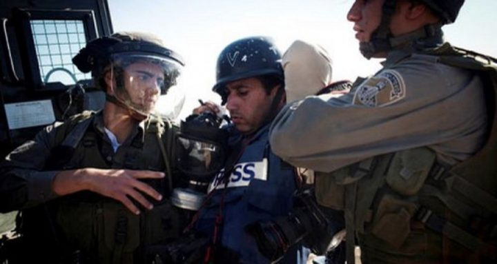 الاحتلال يعتقل صحفياً بعد الاعتداء عليه وشقيقه