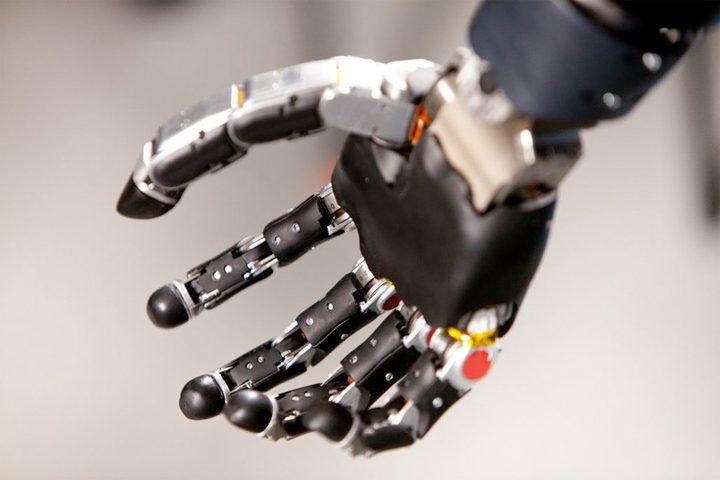 أول شخص يعيش مع ذراع روبوتية