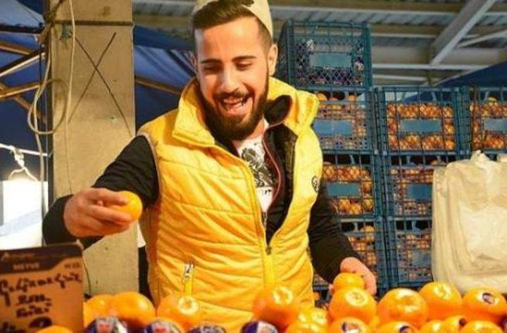 بائع برتقال ينافس كبار المطربين (فيديو)