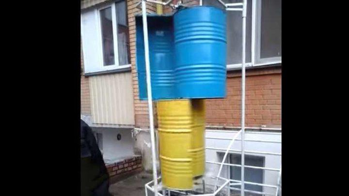 أوكراني يستخدم براميل فارغة لتوليد الكهرباء