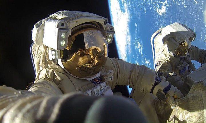 أكثر من 8 ساعات في الفضاء المفتوح