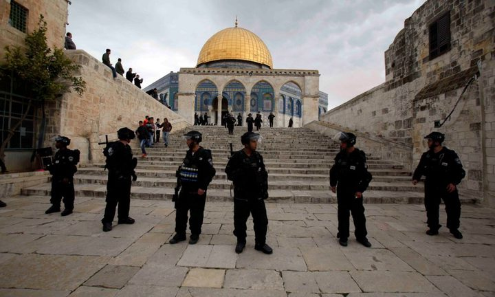 الاحتلال يستدعي حارساً بالمسجد الأقصى للتحقيق