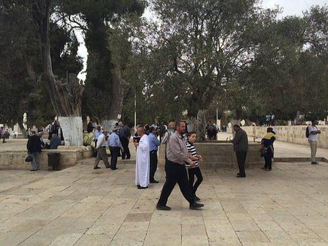 أهالي بلدة العيسوية يؤدون صلاة الجمعة في الشارع احتجاجا على حصارها