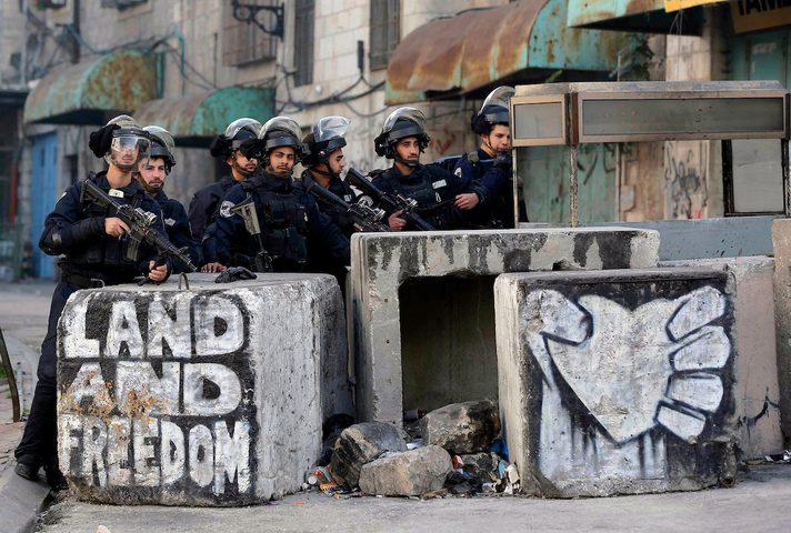 الاحتلال يعتقل طفلا بزعم حيازته سكينا