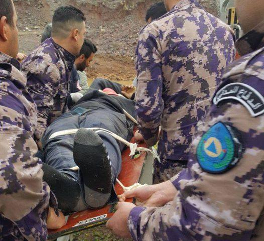 إصابة مواطن بحادث انقلاب مركبة