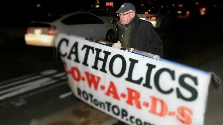 قصة رجل يحتج منذ 20 عاماً أمام سفارة الفاتيكان بواشنطن
