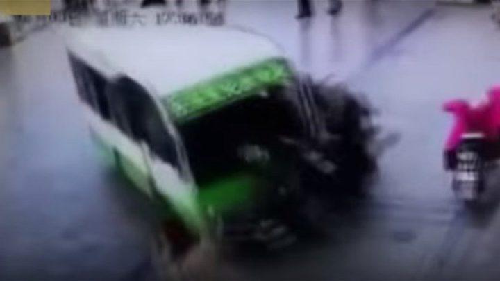 بالفيديو: لحظة مرعبة...حافلة كهربائية تدهس امرأة في الشارع!