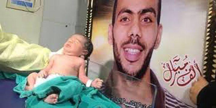 """""""هيئة الأسرى"""": الأسير أبو كريم يرزق بطفل عبر النطف المهربة"""