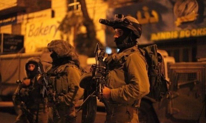 الاحتلال يشن حملة اعتقالات طالت 12 مواطناً بالضفة