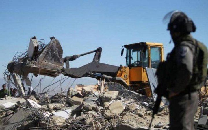 الاحتلال يهدم منشأة بالقرب من بلدة بيت أمر