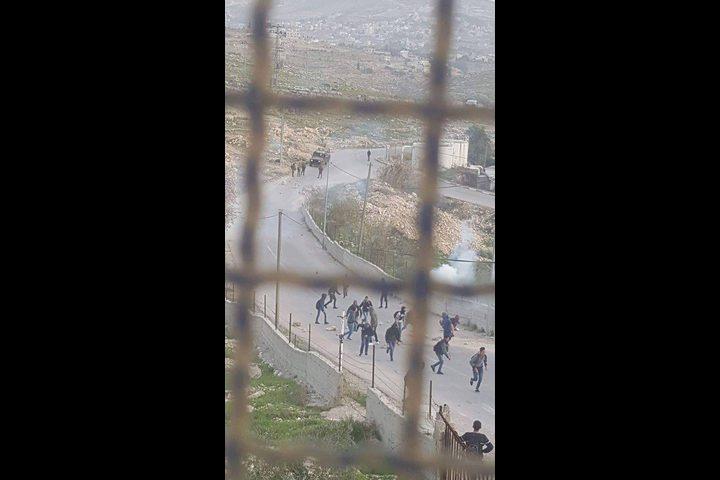 قوات الاحتلال ومستوطنون يحاصرون مدرسة شرق بيت لحم