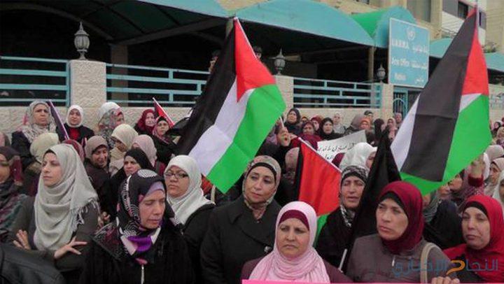 """طلبة مدارس وفعاليات مخيم طولكرم يحتجون على تقليصات """"الأونروا"""""""