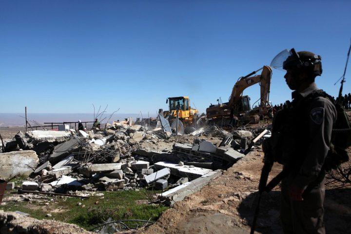 الاحتلال يهدم مبنى قديما ويصادر خلايا شمسية في وادي قانا