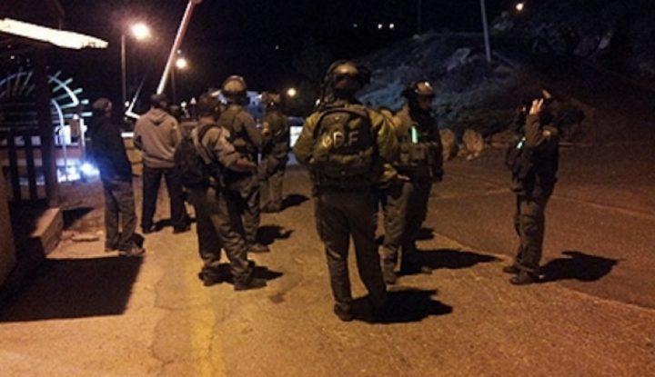 الإحتلال يقتحم حزما وقواته تعتقل شابًا من حي رأس العامود بالقدس