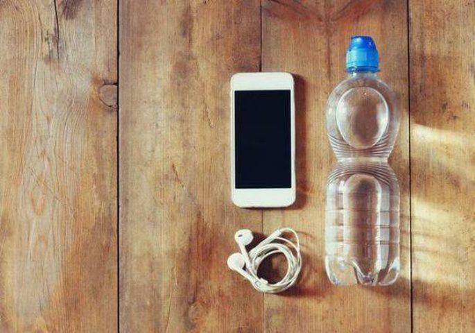 هذا ما يحدث عندما تضع قنينة ماء قرب هاتفك المحمول, أمر لا يصدق!