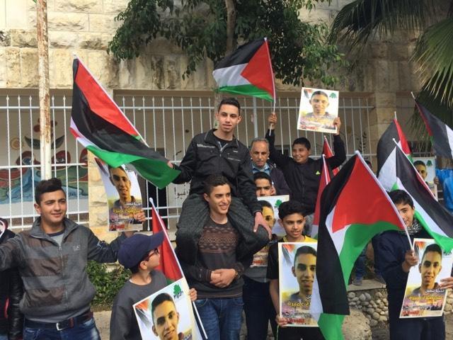 طلاب مدرسة نعلين يستقبلون زميلهم المفرج عنه من سجون الاحتلال