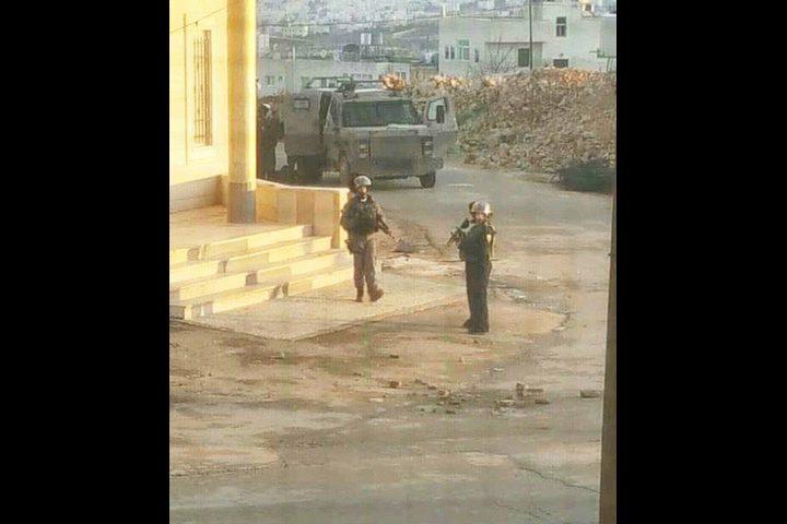 اندلاع مواجهات بعد محاصرة الاحتلال لمنازل في دورا