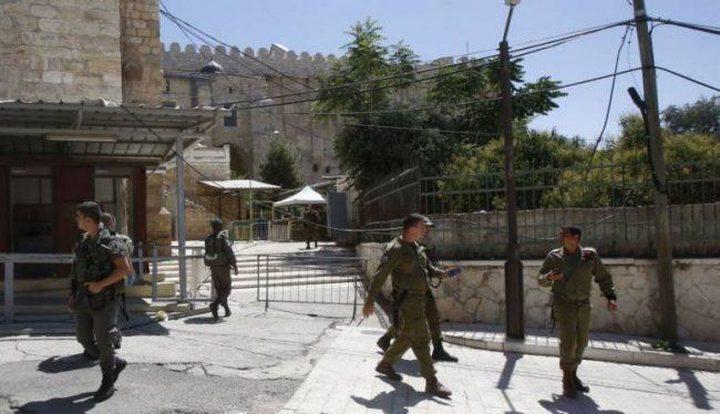 الاحتلال يحتجز فتاة على حاجز أبو الريش قرب الحرم الإبراهيمي