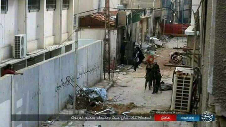 """عناصر """"داعش"""" ينهبون منازل الأهالي في مخيم اليرموك"""