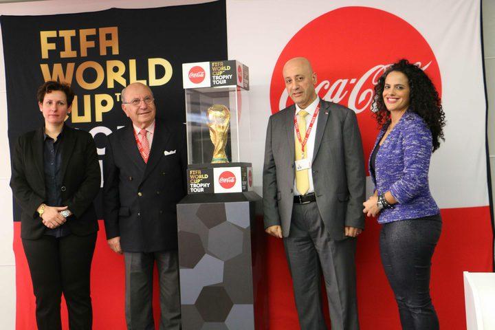 المشروبات الوطنية والاتحاد الفلسطيني لكرة القدم يحتفلان باستقبال النسخة الأصلية لكأس العالم بفلسطين