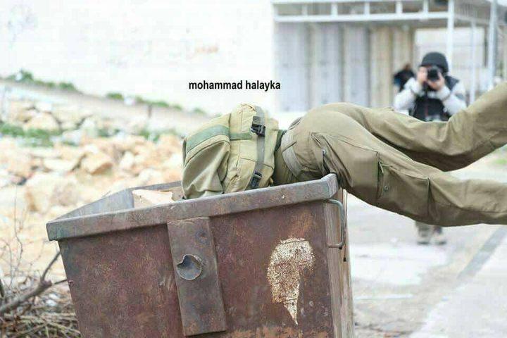 """سقوط أحد عناصر قوات الاحتلال في """"حاوية القمامة"""" خلال مواجهات في الخليل"""
