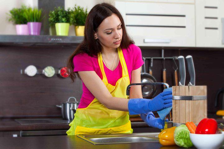 دراسة: تنظيف المرأة المنزل ضار مثل تدخين 20 سيجارة يومياً