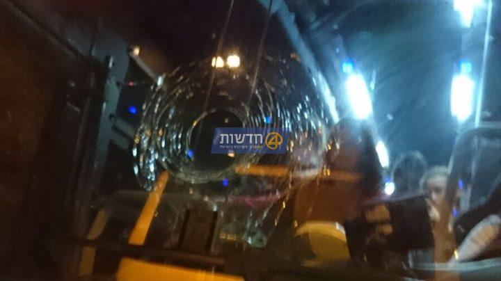 اصابة مستوطنة وابنتها نتيجة رشق حافلة بالحجارة جنوب غرب الناصرة المحتلة