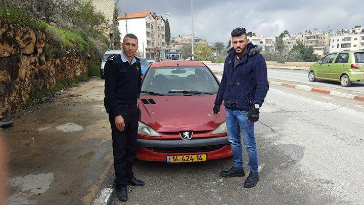 مواطن يسلم مركبته غير القانونية للشرطة في بيرزيت