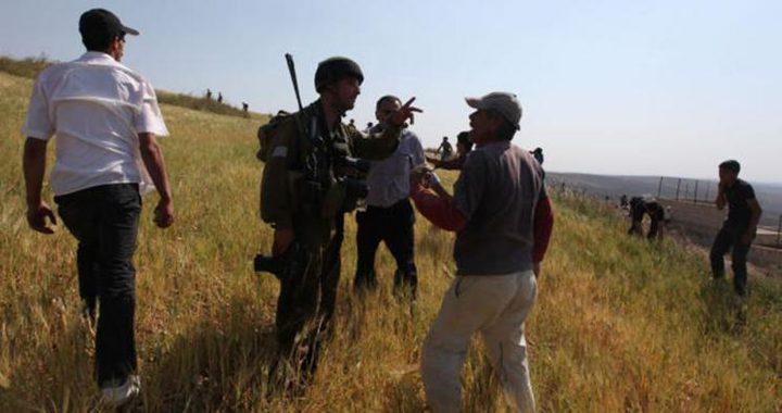 قوات الاحتلال تحتجز 14 مزارعًا عدة ساعات في الخليل