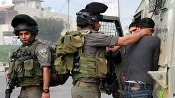 قوات الاحتلال تعتقل شاباً وتحتجز آخر في باب الساهرة