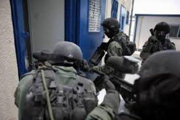 """قوات القمع تقتحم قسم (11) في معتقل """"عوفر"""""""